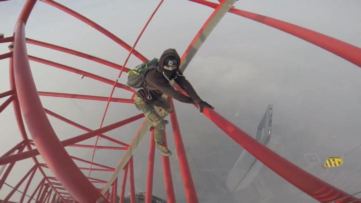 Российские экстремалы взобрались на 650-метровый небоскреб в Шанхае